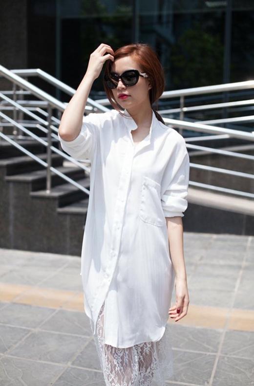 Mốt ngủ cũng được cập nhật liên tục vào tủ đồ của Hoàng Thùy Linh với nhiều kiểu dáng, chất liệu. Khi thì dress shirt phối cùng thân váy ren mỏng xuyên thấu.