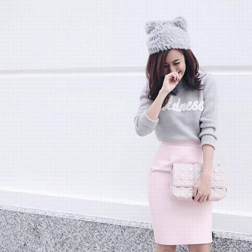 Hình ảnh của những tiểu thư đáng yêu, kiêu kỳ lại được tái hiện chân thực qua áo len cổ lọ kết hợp legging hoặc chân váy bút chì. Phụ kiện đi kèm là những chiếc mũ len, mũ fedora độc đáo.