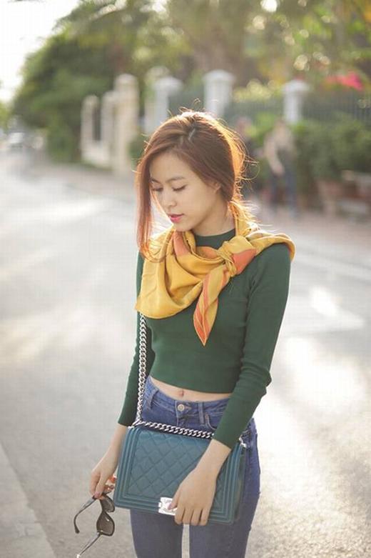 Áo phông dài tay kết hợp cùng legging, jeans luôn là lựa chọn hàng đầu trong những ngày xuống phố cuối tuần. Túi Chanel Boy cũng là một phụ kiện yêu thích của Hoàng Thùy Linh.