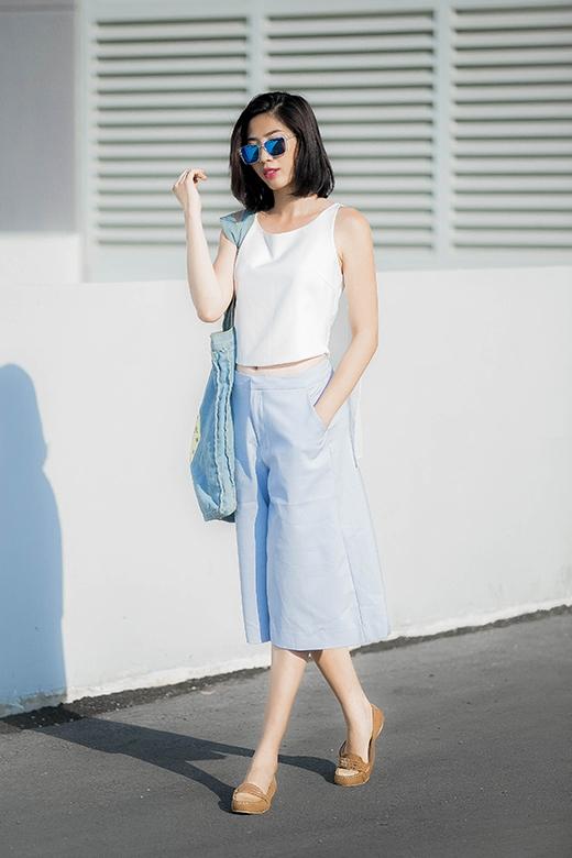 Huỳnh Nu kết hợp culottes tone xanh pastel kết hợp cùng crop top tone trắng cổ điển.