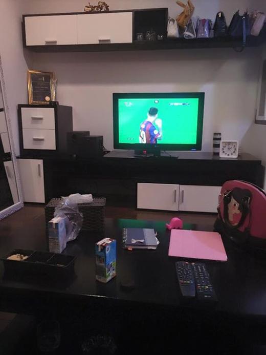 Tạm gác lại những công việc riêng của mình, Andrea đã có một đêm vui vẻ khi xem trận chung kết mùa giải Champions League. Ít ai biết rằng cô nàng lại có niềm đam mê với bóng đá và đặc biệt là đội tuyển Bảcelona.