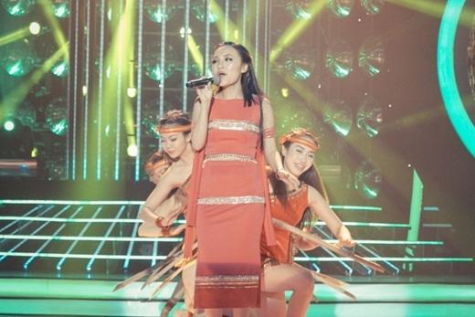 Sau chiến thắng ấn tượng trong tuần thi thứ 7, Nhật Thủy tiếp tục thử sức mình khi hóa thân thành NSƯTThanh Thúy và thể hiện một ca khúc cần chất giọng cao vút mang tên Cô gái vót chông. - Tin sao Viet - Tin tuc sao Viet - Scandal sao Viet - Tin tuc cua Sao - Tin cua Sao