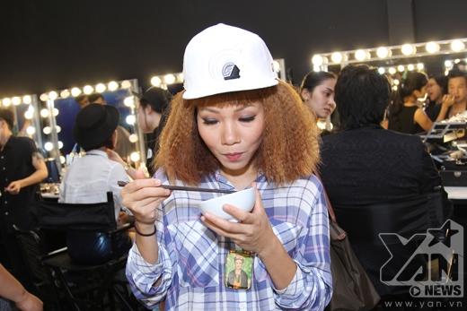 Vẻ mặt đầy biểu cảm củaHà Trần khi ăn. - Tin sao Viet - Tin tuc sao Viet - Scandal sao Viet - Tin tuc cua Sao - Tin cua Sao