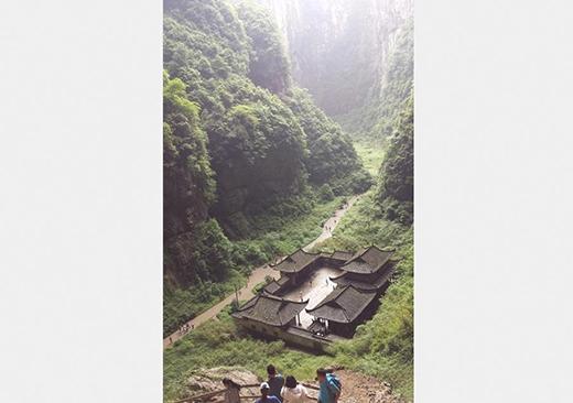 Một địa điểm tại Công viên Địa chất quốc gia Vũ Long được chọn để quay bộ phim Hoàng Kim Giáp – một tác phẩm điện ảnh nổi tiếng của đạo diễn Trương Nghệ Mưu. Gần đây, Vũ Long trở nên nổi tiếng hơn khi xuất hiện trong bộ phim hành động bom tấn của Hollywood – Transformer 4 và trong show truyền hình thực tế ăn khách Bố ơi mình đi đâu thế phần 2, phiên bản Trung Quốc. Ảnh: chinadaily.com.cn