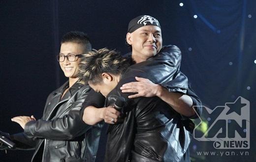 Những cái ôm đầy tình cảm giữa các thành viên trong nhóm. - Tin sao Viet - Tin tuc sao Viet - Scandal sao Viet - Tin tuc cua Sao - Tin cua Sao