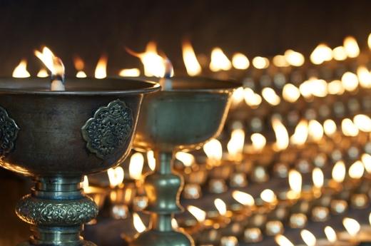 Những ngọn đèn cầy được xếp thành hàng và thắp sáng trong một Dzong ở Bhutan. Ở dãy Himalaya, Dzong là lối kiến trúc pháo đài tu viện đặc thù của những quốc gia ở đây và tiêu biểu nhất chính là ở Bhutan.