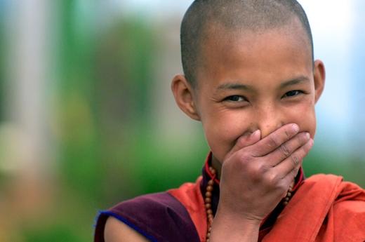 Gương mặt với nụ cười dễ thương của một chú tiểu đã lọt vào ống kính của nhiếp ảnh gia. Đây là một hình ảnh tiêu biểu về Bhutan, một quốc gia được mệnh danh là hạnh phúc nhất trên thế giới.