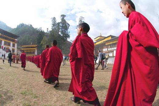 Trong ảnh là nghi lễ Paro Tshechu. Đây là lễ hội Phật giáo chính của Bhutan được diễn ra tại tu viên bên sông Paro vào mùa xuân và thường kéo dài khoảng 5 ngày.