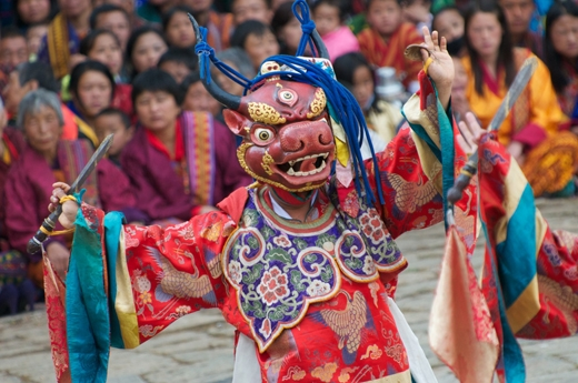 Ngoài các nghi thức của lễ hội người ta còn có các biểu diễn nghệ thuật khác nhau. Trong ảnh là một người đàn ông với bộ áo choàng sặc sỡ, đeo mặt nạ quỷ và nhảy điệu múa Cham, gửi đến thông điệp: Kể cả những kẻ bội bạc nhất cũng sẽ trở nên tốt đẹp khi nghe theo lời răn của Đức Phật.