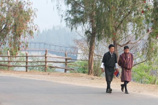 Trong ảnh là trang phục truyền thống của người dân Bhutan. Phía đằng sau là ngôi đền Punakha Dzong nổi tiếng.