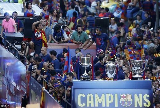 Barcelona diễu hành xe bus ăn mừng 3 chức vô địch mùa này.