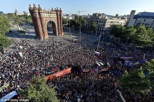 Hình ảnh tại quảng trường Arc de Triomf, nơi xe buýt của Barcelona đi qua.