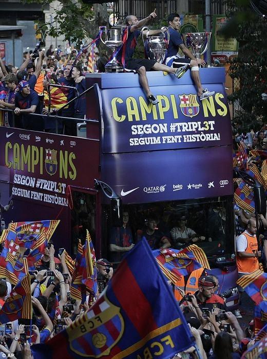 """Luis Suarez và Mascherano """"ôm chặt"""" 3 chiếc cúp vô địch."""