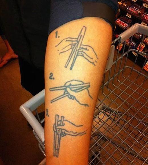 Hướng dẫn sử dụng đũa! Có lẽ anh này là một nhân viên nhà hàng chăng?