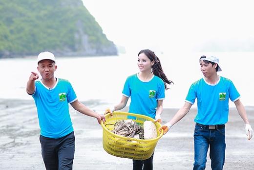 Dù trời bất ngờ đổ mưa nhưng Kỳ Duyên vẫn vui vẻ đi dọn rác cùng các tình nguyện viên - Tin sao Viet - Tin tuc sao Viet - Scandal sao Viet - Tin tuc cua Sao - Tin cua Sao