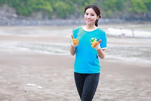 Kỳ Duyên vô cùng hào hứng với việc dọn dẹp rác dọc bờ biển Cát Bà - Tin sao Viet - Tin tuc sao Viet - Scandal sao Viet - Tin tuc cua Sao - Tin cua Sao