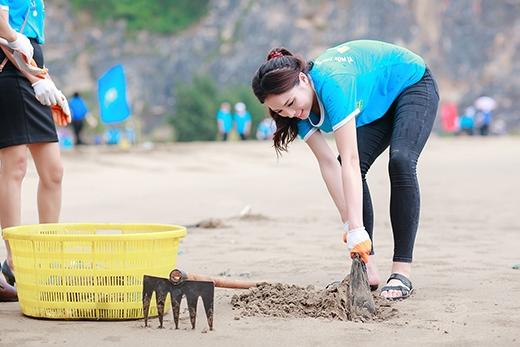 Hoa hậu Kỳ Duyên lăn xả đi nhặt rác trên bãi biển - Tin sao Viet - Tin tuc sao Viet - Scandal sao Viet - Tin tuc cua Sao - Tin cua Sao