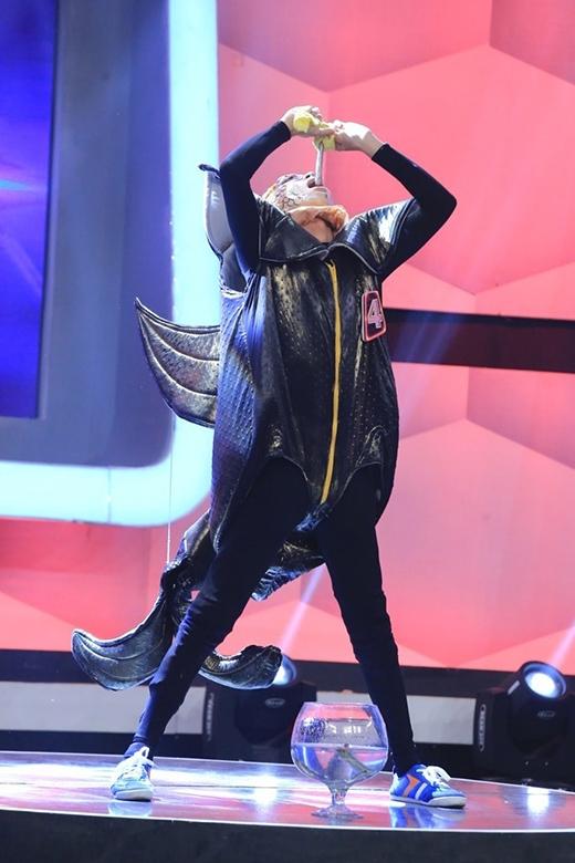 Hữu Khánh thể hiện màn nuốt cá kèo sống trên sân khấu Người bí ẩn