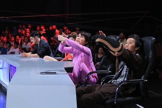 Hoài Linh cũng muốn thử chơi với đại bàng.