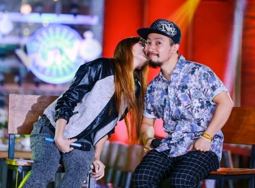 Hari Won đáp lại bằng nụ hôn ngọt ngào lên má bạn trai. - Tin sao Viet - Tin tuc sao Viet - Scandal sao Viet - Tin tuc cua Sao - Tin cua Sao