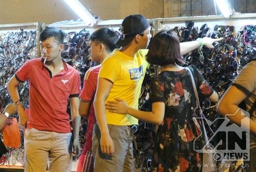 Nguyễn Duy nổi bật với chiếc áo thun màu vàng sặc sỡ
