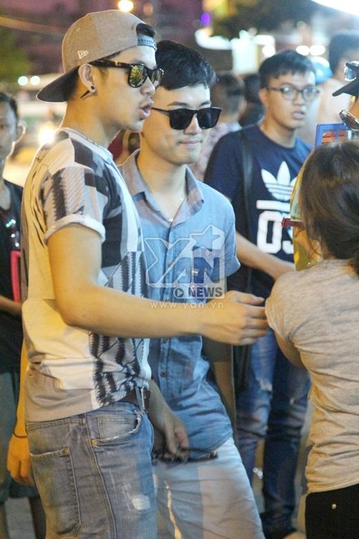 Chàng hot boy Trọng Hiếu năng động và cá tính với áo thun body cùng quần short jean.