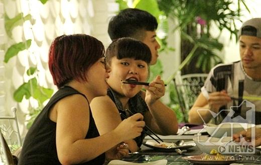 Bắt gặp thầy giáo điển trai Minh Quân vô tư đùa giỡn cùng Bích Ngọc trong quán ăn