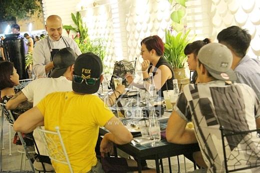 Cả nhóm trò chuyện khá vui vẻ với Vua đầu bếp Thanh Hòa cũng như bày tỏ sự cảm kích trước bữa ăn vô cùng ngon miệng.