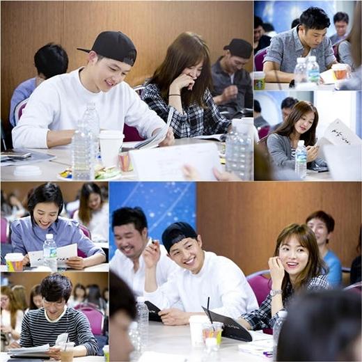 Song Joong Ki và Song Hye Kyo vui vẻ trong buổi đọc kịch bản.