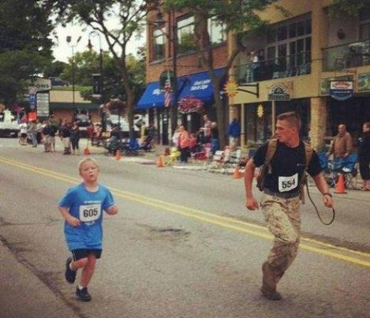 Anh lính hải quân lục chiến Myles Kerr chấp nhận là người chạy đến đích cuối cùng để có thể giúp đỡ và chạy cùng một cậu bé trong đội của mình.