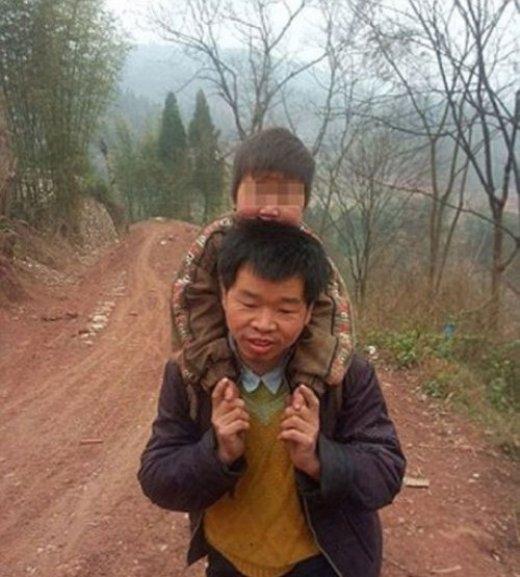 Anh Yu Xukang, 40 tuổi, ngày nào cũng cõng cậu con trai 12 tuổi Xiao Qiang bị bại liệt đi quãng đường dài 28km từ nhà đến trường và ngược lại để con anh không bỏ sót buổi học nào.