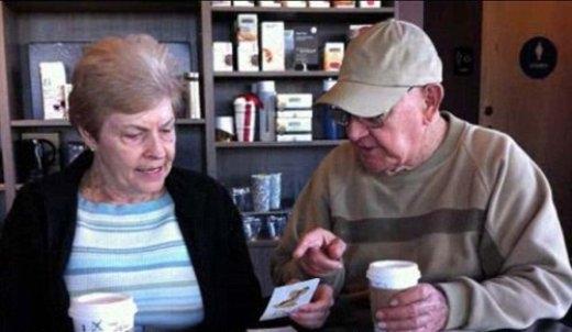 Cụ ông John Allen, đang dạy lại bảng chữ cái cho bạn gái ông là bà Linda -75 tuổi - sau khi bà ấy trải qua một cơn đột quỵ.