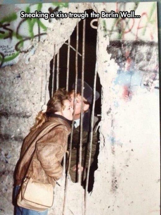 Nụ hôn trao vội qua bức tường Berlin.
