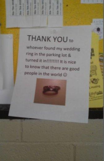Một tờ giấy với tin nhắn gửi lời cảm ơn đến người đã nhặt được chiếc nhẫn và trả lại cho chủ nhân. Hãy đặt niềm tin vào con người và họ sẽ không làm bạn thất vọng.