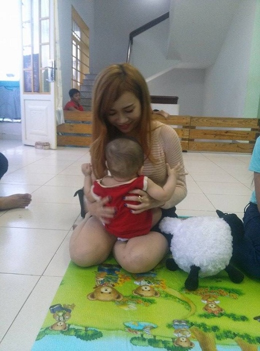 Sĩ Thanh vui vẻ ẵm em bé khi đi từ thiện - Tin sao Viet - Tin tuc sao Viet - Scandal sao Viet - Tin tuc cua Sao - Tin cua Sao