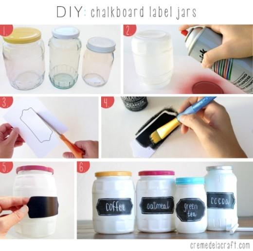 Đầu tiên, hãy sơn trắng chiếc lọ của bạn. Sau đó, hãy cắt một chiếc nhãn, tô màu đen và dùng phấn trắng viết lên nhãn là hoàn thành rồi nhé!