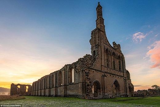Hình ảnh của công trình Byland Abbey, tọa lạc tại vùng North Yorkshire. Công trình bị thời gian tàn phá này đã từng là một tu viện, hiện nay chỉ còn sót lại những ô cửa sổ hoa hồng lớn. Ngoài ra, những mảng gạch lát màu sắc rực rỡ hay bục giảng vẫn được trùng tu và giữ lại đến tận ngày nay.