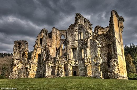 """Tòa lâu đài Wardour cổ kính gần thành phố Tisbury được xây dựng vào thế kỉ thứ 14, có kiến trúc xa hoa, lộng lẫy phù hợp cho một cuộc sống sang trọng và thoải mái. Tuy nhiên, tòa lâu đài này đã bị hư hỏng nặng trong cuộc nội chiến. Vẻ đổ nát, hoang tàn của tòa lâu đài đã tạo cảm hứng cho nhiều đạo diễn phim, và nó đã từng xuất hiện trong bộ phim """"Robin Hood, Prince of Thieves""""."""
