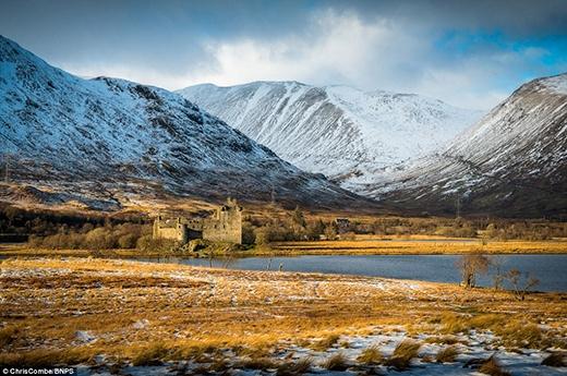 Lâu đài Kilchurn được xây dựng vào giữa thế kỉ 15 bởi Bá tước Colin Campbell. Tòa tháp 4 tầng này nằm trên một bán đảo đá ở phía đông bắc hồ Awe, thuộc vùng Argyll và Bute xứ Scotland. Công trình tồn tại khoảng 150 năm và bị bỏ hoang vào những năm 1700.