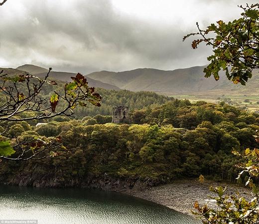 Lâu đài Dolbarden soi bóng xuống làn nước trong xanh của hồ Llyn Peris tại Snowdonia. Tòa lâu đài là một căn cứ quân sự được xây dựng bởi hoàng tử Llynwelyn đệ nhất của xứ Welsh vào đầu thế kỉ 13. Năm 1284, lâu đài thuộc quyền sở hữu của vua Edward I. Hiện nay, tòa lâu đài vẫn giữ được kiến trúc vững chắc và đang được bảo tồn kĩ lưỡng.