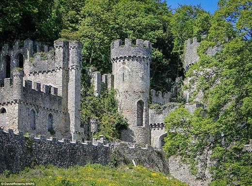 Lâu đài Gwrych được xây dựng vào năm 1812 và mất đến 10 năm để hoàn thành. Tòa lâu đài tọa lạc tại vùng Abergele thuộc tỉnh Conwy, xứ Wales. Nơi đây đã từng là nhà của khoảng 200 người tị nạn gốc Do Thái trong suốt Chiến tranh thế giới thứ hai.