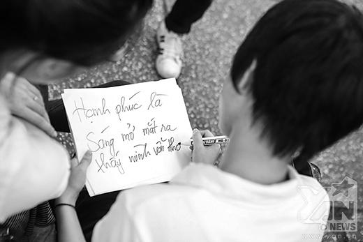 Với hashtag Hạnh phúc là gì (#Hanhphuclagi), đây cũng chính là câu hỏi mà chúng tôi đã đặt ra cho rất nhiều bạn trẻ Sài Gòn. Mỗi người đều có cho mình những suy nghĩ riêng và nhanh chóng ghi ra giấy bút.