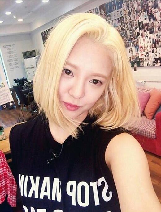 Hyoyeonlần đầu tiên cắt tóc ngắn sau 8 năm ra mắt.