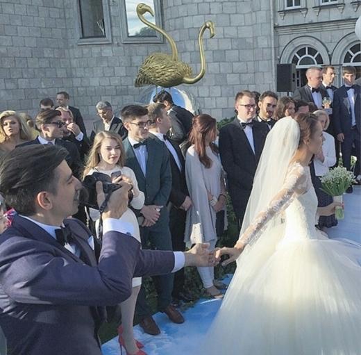 Ngất ngây với bộ ảnh cưới của cặp đôi trào lưu Nắm tay em đi khắp thế gian