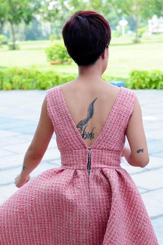 """Uyên Linh quyết định xăm hình hoa mai ở cánh tay nhằm che đi vết sẹo sau tai nạn. Cô quan điểm, một nơi bị sẹo xấu xí vẫn có thể nở hoa, giống như cuộc sống dù gian khó vẫn không khiến cô lùi bước. Bên cạnh đó, Uyên Linh còn sở hữu hình xăm lông chim ở lưng, tượng trưng cho sự nhẹ nhàng, thanh thoát trong nghệ thuật hay hình xăm chữ """"bình yên"""" bằng tiếng Do Thái ở tay. - Tin sao Viet - Tin tuc sao Viet - Scandal sao Viet - Tin tuc cua Sao - Tin cua Sao"""