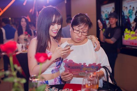 Hòa Minzy mừng sinh nhật muộn cùng fans, Sĩ Thanh hộ tống mẹ đi xem phim - Tin sao Viet - Tin tuc sao Viet - Scandal sao Viet - Tin tuc cua Sao - Tin cua Sao