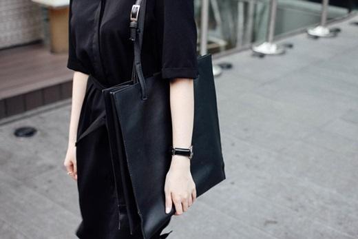 Túi xách da cỡ lớn màu đen chưa bao giờ trở nên lỗi mốt đối với dân văn phòng. Chọn cho mình những dáng túi theo phong cách tối giản (minimalist) sẽ giúp bạn kết hợp được với mọi trang phục.