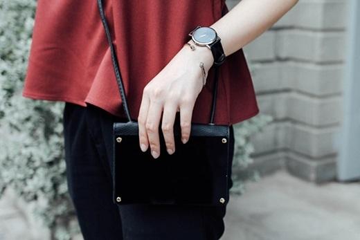 Một chiếc túi đeo chéo đựng vừa đủ chiếc điện thoại và ít tiền để bạn có thể sẵn sàng ra đường trong vòng 5 phút cũng là một phụ kiện không thể bỏ lỡ.