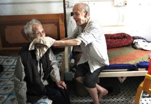 """Xúc động với mối tình """"sét đánh""""  của cụ ông 100 tuổi"""