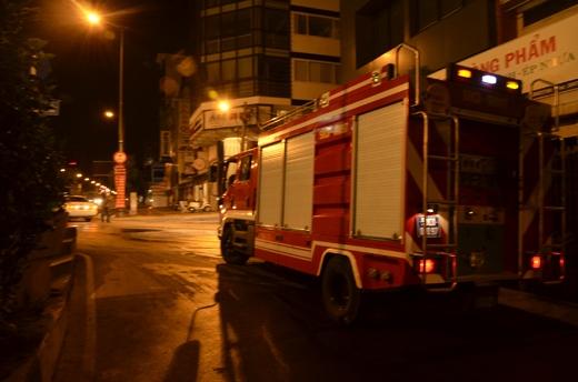 Nhiều xe cứu hỏa được điều động đến hỗ trợ dập lửa